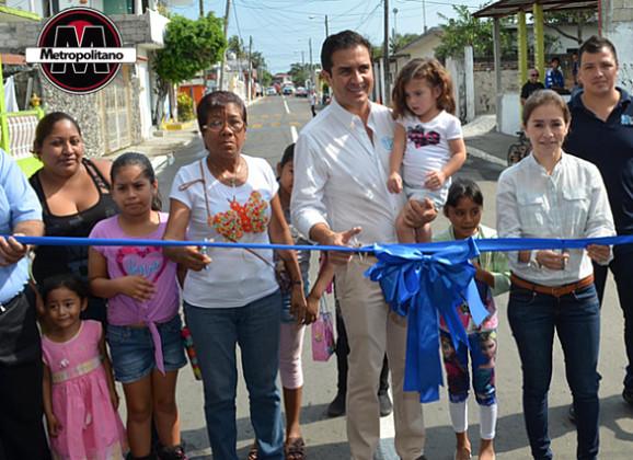 Inaugura el Alcalde Miguel Ángel Yunes Márquez la pavimentación de diversas calles en la colonia Carranza 1ª sección