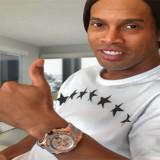 Ronaldinho presume reloj, regalo de LeBron James