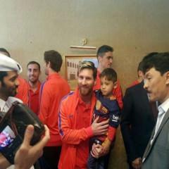 Niño que usaba camiseta de Messi, hecha con bolsa de plástico, conoce a su ídolo